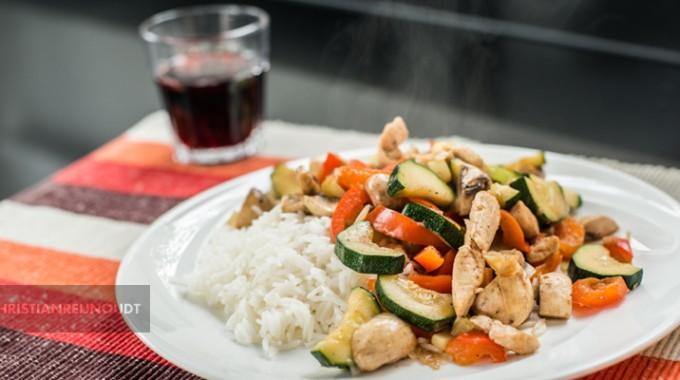 Wokschotel Met Kip, Verse Groente En Basmati Rijst
