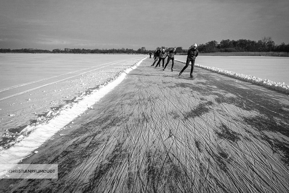 Schaatsers in lijn tijdens de Vijf Merentocht