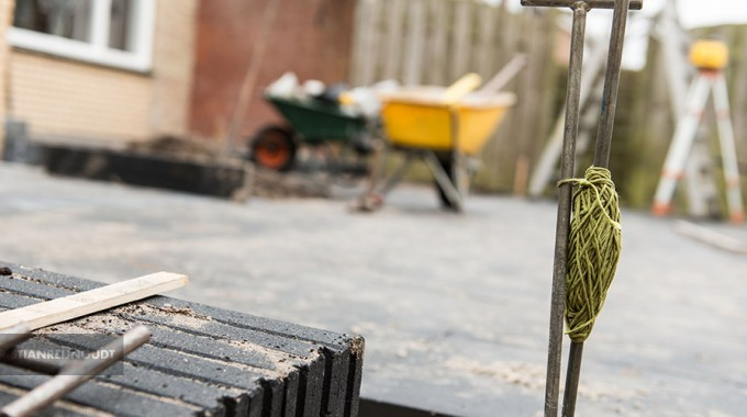 Sfeerbeeld Van Straatwerk Tijdens De Aanleg Van Een Tuin.