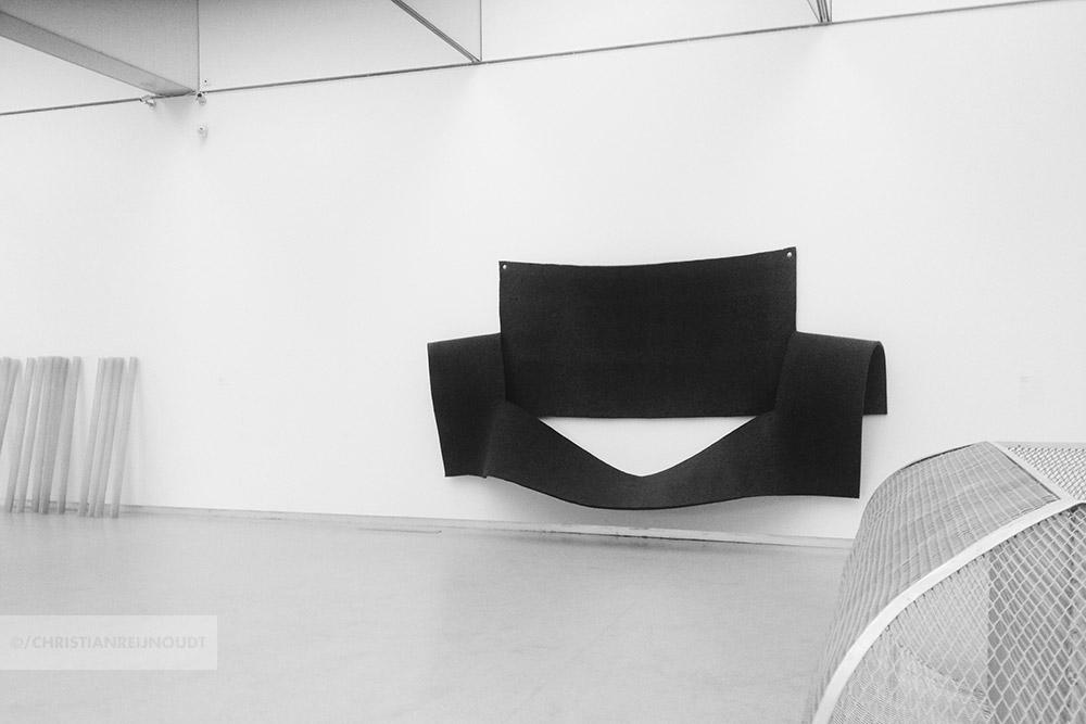 Afscheid van het minimalisme met felt piece van Robert Morris