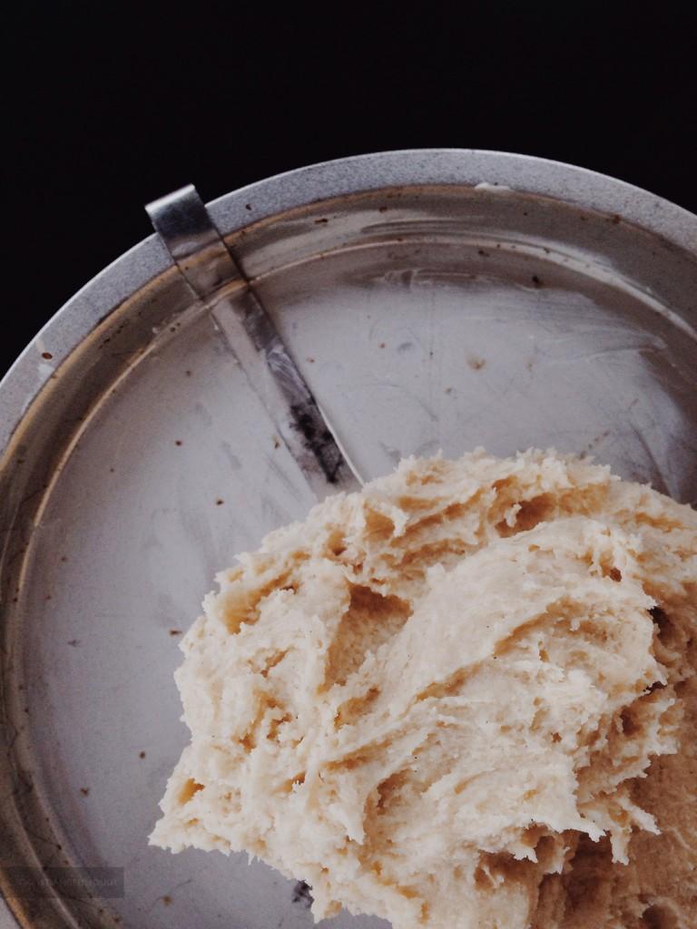 Het deeg voor de boterkoek in de vorm