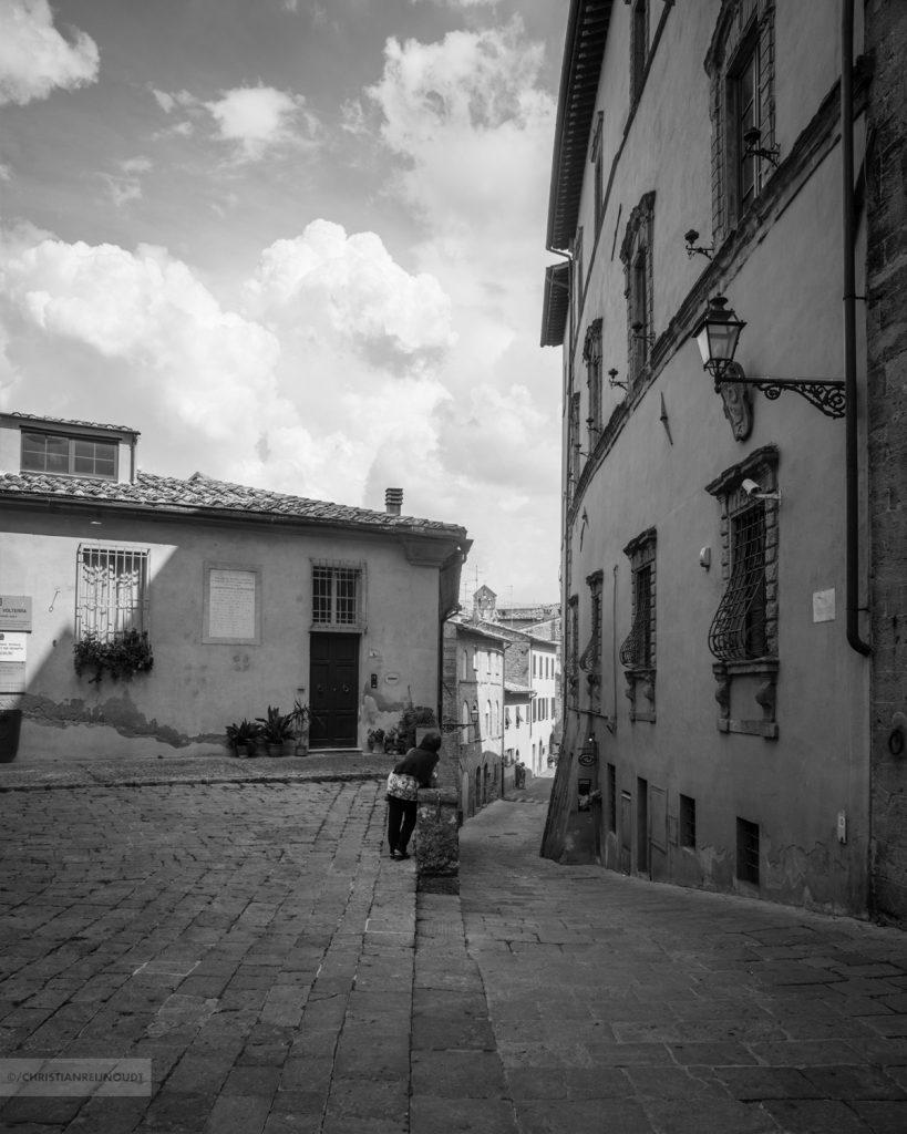Pittoresk straatje in de stad van het albast, Volterra