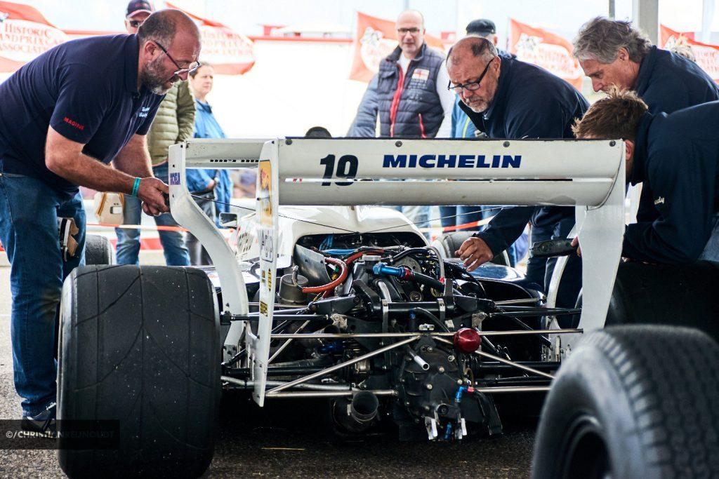 Sleutelen aan een historische wagen tijdens de Historic Grand Prix
